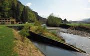 Die Sarneraa auf Höhe des Flugplatzes Alpnach. Links die Wasserrückgabe aus dem CKW-Kraftwerk. (Bild: Adrian Venetz (Alpnach, 24. April 2015))