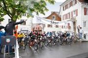 Spannung herrschte beim Start der Biker gestern am Burgbachplatz. Julian Hodel, Sieger des Laufes auf den Zugerberg, überholte kurz vor dem Ziel den lange führenden Tino Hurni (Bild unten). (Bilder Patrick Hürlimann)
