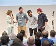 Jurymitglied Doris Russi Schurter (links) übergab gestern den Neuunternehmer-Preis an die Pastarazzi, im Bild von links: Markus Hurschler, Kim Zumstein und Benito Omlin. (Bild: Boris Bürgisser)