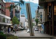 Über sieben Meter hoch ist die ästhetische Stahlskulptur von Walter Vögeli beim Haus Bundesplatz 1. Sie ist 1984 auf Initiative des Schweizerischen Bankvereins angefertigt und aufgestellt worden. (Bild: Stefan Kaiser (Zug, 18. Juli 2017))