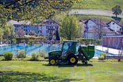 Im Freibad in Kriens liefen gestern die Vorbereitungen für die Saisoneröffnung von heute Samstag auf Hochtouren – der letzte Schliff wurde auch dem Rasen verpasst. (Bild Dominik Wunderli)