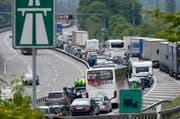 Der Verkehr staut sich vor dem Gotthard, hier im Bild am Pfingstwochenende im Mai 2015. (Bild: Keystone / Urs Flüeler)