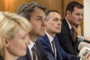 Auf Ignazio Cassis (zweiter von rechts) soll Beat Walti (zweiter von links) folgen. (Bild: KEYSTONE/Jean-Christophe Bott)