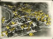 Alles Gelbe ist weg: Die Luftaufnahme von 1919 demonstriert den Verlust an Bausubstanz in der Zuger Neustadt. (Bild: PD)