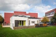 Das studentische Solarhaus an seinem neuen Platz vor dem Gebäude der HSLU in Horw. (Bild: PD)