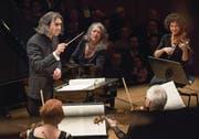 Ganz ohne Starallüren fügte sich Martha Argerich am Flügel perfekt in den Klang der Deutschen Kammerphilharmonie ein. Links Dirigent Vladimir Jurowski. (Bild: Priska Ketterer/Lucerne Festival (19. November 2017))