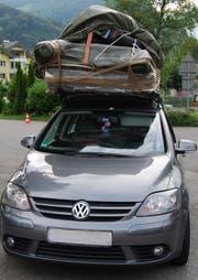 Gut zusammengeschnürt: Das völlig überladene Auto. (Bild Luzerner Polizei)