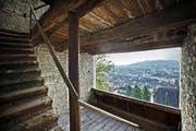 Eindrücke aus dem Innern des Luegislandturms, der in Richtung Stadt offen ist (Bild links). Rechts: Kantonsarchäologe Jürg Manser im Dachstuhl. (Bilder Pius Amrein)