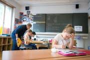 Gemäss eines Vorstosses sollen für Zuger Lehrpersonen künftig nicht mehr wie üblich zehn, sondern neunzehn Gehaltsstufen gelten. Das nicht nur bei den Lehrpersonen für rote Köpfe. (Symbolbild) (Bild: Maria Schmid / Neue ZZ)