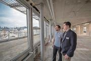 Der Leiter der Klinik St. Anna im Bahnhof, Matthias Wissler (rechts), und Pirmin Bühler, Teamleiter Sportmedizin, auf der Terrasse des Bahnhofs, wo bis vor kurzem die SBB-Büros untergebracht waren. (Bild: Pius Amrein (Luzern, 11. Januar 2018))