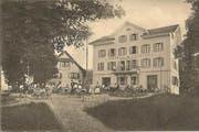 Gäste und Angestellte stehen 1911 für den Fotografen stramm. (Bild: Sammlung Seppi Zemp)