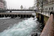 Hindernis für Fische: das Reusswehr in Luzern. (Bild: Nadia Schärli (5. Februar 2015))