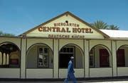 Deutsche Gaststätten – hier ein Hotel in Omaruru – sind in Namibia kein seltenes Bild. (Bild: Ullstein/Getty (Omaruru, 12. Januar 2009))