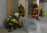Angehörige der Feuerwehr beim durchlüften des Gebäudes. (Bild Freiwillige Feuerwehr der Stadt Zug FFZ)