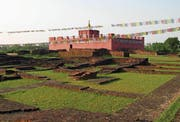 Der Maya-Devi-Tempel im nepalesischen Lumbini steht auf den Überresten des altbuddhistischen Heiligtums. (Bild: Andreas Faessler (November 2007))