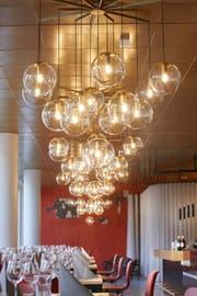 Lampen hängen an der Decke über den Esstischen. (Bild: PD)