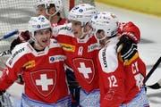 Switzerland's Lino Martschini, Reto Suri and Luca Cunti, from left, celebrate their second score during the Ice Hockey Deutschland Cup at the Curt-Frenzel-Eisstadion in Augsburg, Germany, Saturday, November 7, 2015. (KEYSTONE/Peter Schneider) (Bild: PETER SCHNEIDER (KEYSTONE))