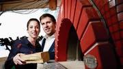 Mirca Reich und Cristian Hollatz posieren vor dem neuen Holzofen des Zunfthauses Kreuz in Oberwil, das sie neu als Pächter führen. (Bild: Stefan Kaiser (21. März 2018))