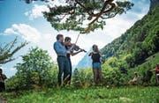 Das Geigenkonzert auf der Rütliwiese mit Sebastian Bohren (vorne) und Lech Antonio Uszynski. Rechts die Mädchen, die spontan die Noten festhalten. (Bild: Roger Grütter (30. Juli 2017))