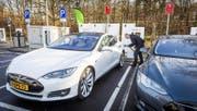 Der Fahrzeughersteller Tesla – im Bild das Elektrofahrzeug Tesla S – intensiviert die Zusammenarbeit mit der Zuger Firma Bossard. (Bild: EPA/Lex Van Lieshout)