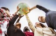 Auf in die weite Welt: Doch die Bedingungen, dass ein Luzerner Kantischüler ein Austauschjahr machen kann, unterscheiden sich von Schule zu Schule. (Bild: Getty)