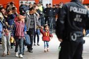 Eine Flüchtlingsfamilie kommt am Hauptbahnhof München an. Nun ist die bayrische Stadt an die Grenzen ihrer Kapazität gekommen. (Bild: DPA/Andreas Gebert)