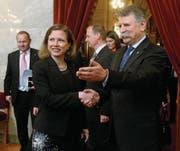 Christa Markwalder wird in Budapest vom Sprecher des ungarischen Parlaments, László Kövér, begrüsst. (Bild: Noemi Bruzak/Keystone (13. April 2016))