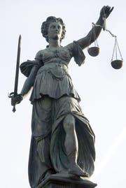 Die Justitia trägt eine Waage als Symbol für das richterliche Abwägen der Schuld (Symbolbild Keystone).