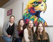 Von links: die Schülerinnen Larissa Jutzi, Chantal Schmid, Lorena Hurni und Antonia Furrer vor ihrem Kunstwerk. (Bild: Eveline Beerkircher (Schüpfheim, 21. März 2018))