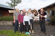 Die Spenderfamilie Schmid umrahmt von den Göttis Harry Knüsel (links) und Fabienne Bamert. Rechts im Bild: Züchter Josef Rölli mit Siegermuni Quercus. (Bild: PD/Tobias Meyer)