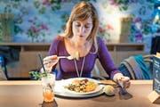 Blümchen auf der Tapete und nur Pflanzliches auf dem Teller beziehungsweise im Glas: Annette Wirthlin ernährte sich bei «Tibits» zwei Wochen lang vegan. (Bild Roger Grütter)