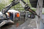 Ein Bagger beginnt mit dem Abriss des GIBZ-Gebäudes. (Bild Maria Schmid)