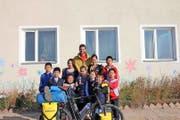 Jürg Burger mit Kindern des Hilfswerks Bayasgalant in der Mongolei. (Bild: PD)