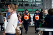Eine Polizeipatrouille während des Blue Balls Festival gestern Nachmittag auf dem Europaplatz vor dem KKL. (Bild: Corinne Glanzmann/(LZ)