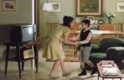 Der kleine Massimo (Nicolò Cabras) tanzt mit seiner Mutter (Barbara Ronchi) zum Beat. (Bild: Filmcoopi)