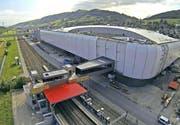 Die neue Passarelle verbindet die S-Bahn-Haltestelle Buchrain mit der Mall of Switzerland. (Bild: René Meier (Ebikon, 13. Juni 2017))