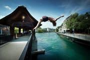 Ein junger Mann springt von der Spreuerbrücke in Luzern in die Reuss. (Bild: Pius Amrein / Neue LZ (Archiv))