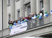 Der Zuger Kantonsrat hat gewählt: Manuela Weichelt ist neu Frau Landammann. Die Mitarbeiter der Direktion des Innern freuts. (Bild: Stefan Kaiser (Zug, 15. Dezember 2016))