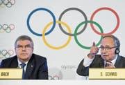 IOC-Präsident Thomas Bach und alt Bundesrat Samuel Schmid verkünden den Entscheid des Olympischen Komitees. (Bild: Jean-Christophe Bott/KEY (Lausanne, 5. Dezember 2017))