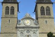 Bereits seit Dienstag bockt das Uhrwerk der Hofkirche (Bild: Raphael Gutzwiller / Neue LZ)