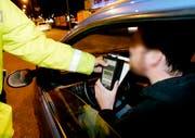 Alkoholkontrolle im Strassenverkehr: Ein Autofahrer beim tradtionellen Alkoholtest anlässlich einer Kontrolle der Polizei. (Bild: Keystone)