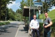 Dr. Peter Bertke (links) fährt mit dem Bus, während Marco Hänni bei schönem Wetter gerne mit dem Roller oder dem Velo zur Arbeit im privaten Zentrumsspital kommt.