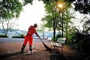 Albert Kreienbühl vom Strasseninspektorat beim Reinigen auf dem Luzerner Inseli. (Bild Corinne Glanzmann)