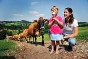Selbst gemacht schmeckts am besten: Corinne Zemp und Tochter Salome kosten die hauseigenen Glacekreationen. (Bild Corinne Glanzmann)