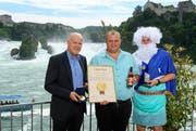 Neptun ist aus dem Rhein gestiegen und überreichte dem Geschäftsführer der Brauerei Baar, Martin Uster (Mitte), den Goldenen Wassertropfen. Ebenfalls zeichnete Matthias Hajenski, Geschäftsführer des Brau Ring in Deutschland, ein weiteres Mal die Brauerei Baar mit dem Qualitäts-Siegel aus. (Bild: PD)