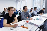 Volle Konzentration: Eine Szene aus dem Unterricht im neuen Departement Informatik.Bild: Werner Schelbert (Rotkreuz, 21. Oktober 2016)