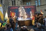 Die neue Plakette wurde am Samstag auf dem Luzerner Rathausplatz enthüllt. (Bild: Roger Grütter (11. November 2017))