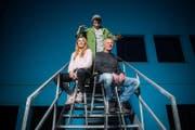 Regisseurin Rona Limacher mit Zauberlehrling Manuel Andergassen (Mitte) und Urs Achermann, Leiter der Luzerner Stachelbeere.