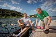 Bespricht sich noch kurz mit seinem litauischen Schützling, bevor dieser das Training auf dem Rotsee beginnt: der Luzerner Werner Zwimpfer (rechts) und der zweifache Skiff-Europameister Mindaugas Griskonis. (Bild Pius Amrein)