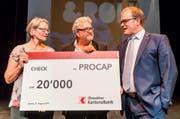 Deborah Bucher, Vorstandsmitglied Procap und Markus Schmid, Präsident Procap (Mitte) nehmen von Bruno Thürig, CEO OKB, den Scheck über 20'000 Franken entgegen. (Bild: Stefano Schröter (Sarnen, 21. August 2017))